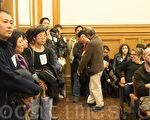 11日晚,华裔居民排队发言,反对在米慎区再新开大麻店。(林骁然/大纪元)