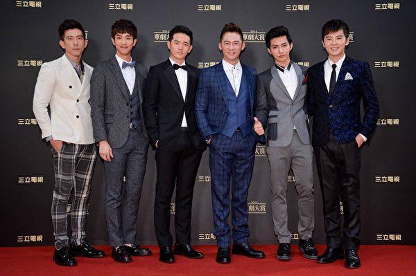 「2014華劇大賞」現場炎亞綸(右二)與李國毅(右)兩人粉絲比人氣較勁。(三立提供)