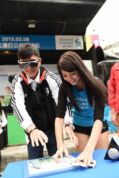 賴琳恩與現場參與民眾活動一起完成拼圖遊戲。(大漢整合行銷提供)