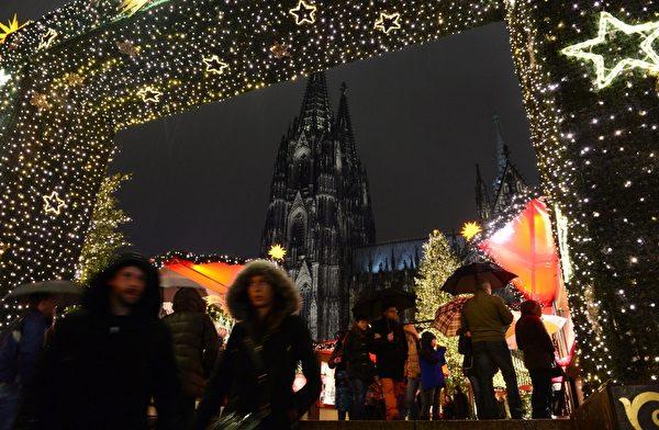 2014年12月8日,德国科隆大教堂前面的圣诞市场入口处的梦幻圣诞灯饰。(JOHN MACDOUGALL/AFP/Getty Images)