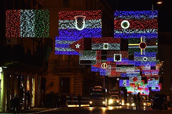 2014年12月9日,意大利罗马Via del Corso大街的罗马国旗的圣诞灯饰。(GABRIEL BOUYS/AFP/Getty Images)