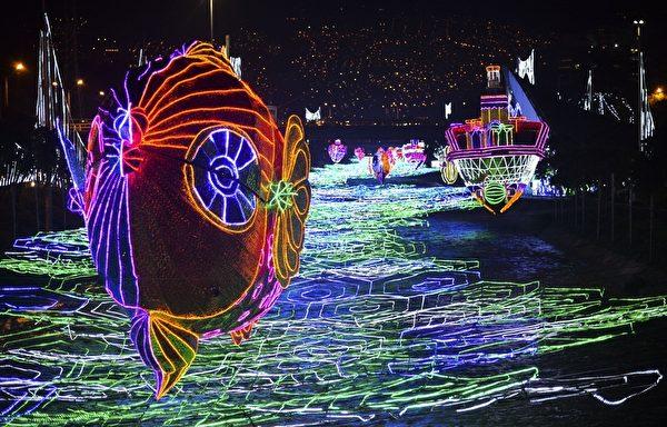 2014年12月9日,哥伦比亚安蒂奥基亚省麦德林圣诞灯饰绚丽迷人。(RAUL ARBOLEDA/AFP/Getty Images)
