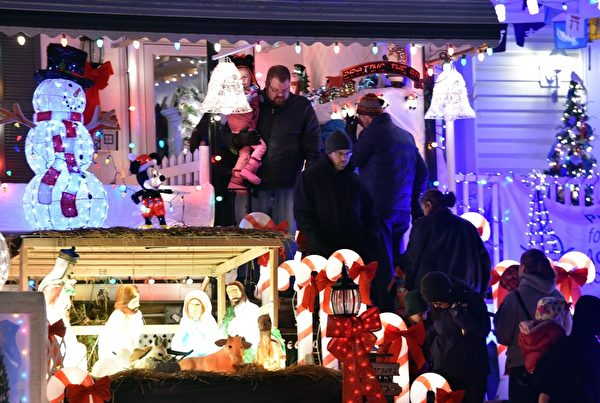 2014年12月12日,在美国马里兰州巴尔的摩的汉普登社区,当地居民用彩灯装饰房屋和街道,迎接圣诞节。(MLADEN ANTONOV/AFP/Getty Images)
