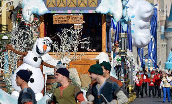 2014年12月9日,美国奥兰多迪士尼乐园日前举行花车游行,《冰雪奇缘》里的雪人雪宝与小影迷一起庆祝圣诞。(Mark Ashman/Disney Parks via Getty Image)