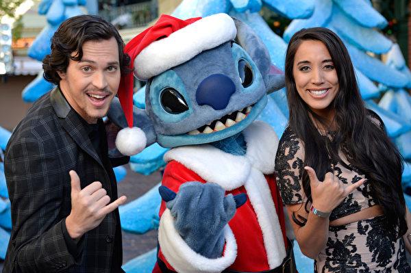 2014年12月9日,美国奥兰多迪士尼乐园日前举行花车游行,今年的主题是《冰雪奇缘圣诞庆典》。(Mark Ashman/Disney Parks via Getty Image)