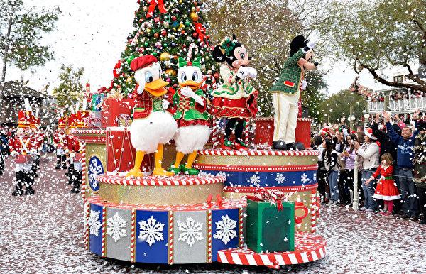 2014年12月9日,美国奥兰多迪士尼乐园日前举行花车游行,今年的主题是《冰雪奇缘圣诞庆典》。图为迪士尼卡通人物米奇、米妮和唐老鸭。(Mark Ashman/Disney Parks via Getty Image)
