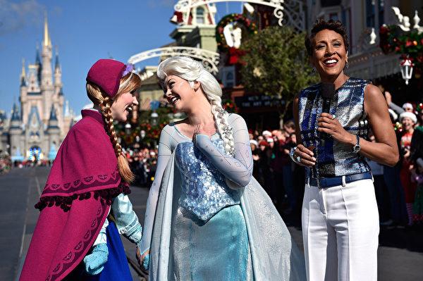 2014年12月9日,美国奥兰多迪士尼乐园日前举行花车游行,《冰雪奇缘》的艾莎女皇和安娜公主与小影迷一起庆祝圣诞。(Mark Ashman/Disney Parks via Getty Image)