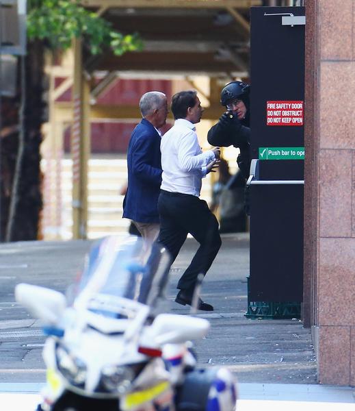 悉尼人质事件中,脱困跑出的两名男性人质。(Don Arnold/Getty Images)