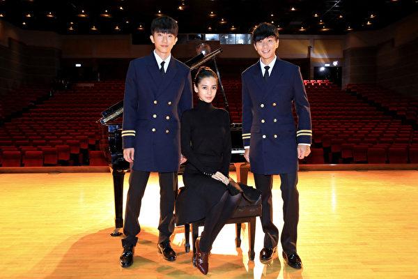 (左起)怀秋、Angelababy、JJ三人在MV中演出。(华纳提供)