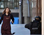 15日下午5点不到,一名华裔女子陈艾莉逃离马丁广场咖啡店。(SAEED KHAN/AFP/Getty Images)