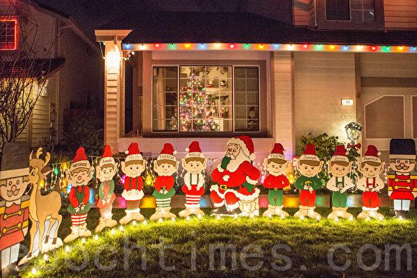 一处房子前摆着圣诞老人和圣诞小精灵。(李圆明/大纪元)