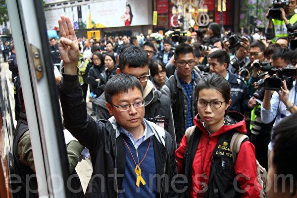 2014年12月15日,警方出動近千警察對雨傘運動銅鑼灣佔領區進行清場,並拘捕17名公民抗命的佔領人士,立法會議員陳家洛留守被捕。(潘在殊/大紀元)