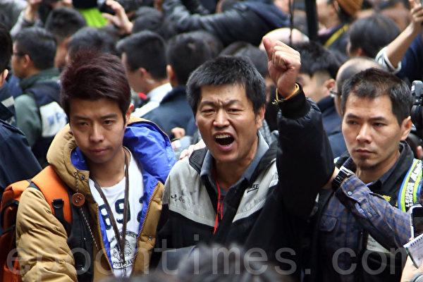 2014年12月15日,警方出動近千警察對雨傘運動銅鑼灣佔領區進行清場,並拘捕17名公民抗命的佔領人士,來自北京的曾擔任六四民運糾察的王登耀(中)留守被捕。(潘在殊/大紀元)