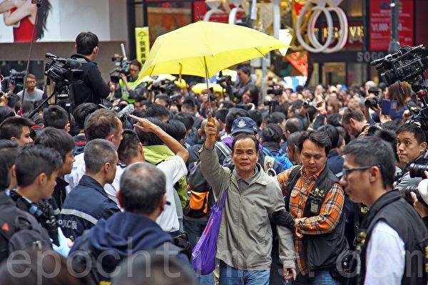 2014年12月15日,警方出動近千警察對雨傘運動銅鑼灣佔領區進行清場,並拘捕17名公民抗命的佔領人士。(潘在殊/大紀元)