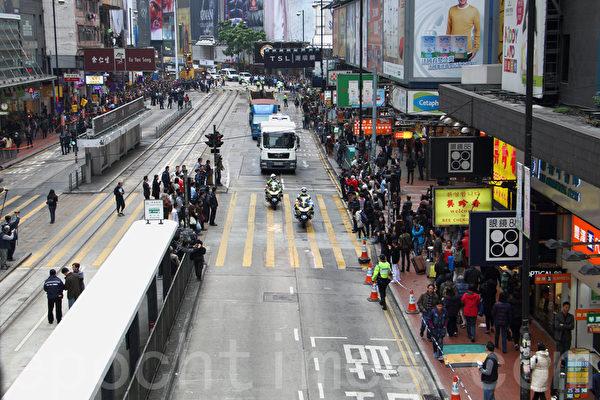 2014年12月15日,警方出動近千警察對雨傘運動銅鑼灣佔領區進行清場,令銅鑼灣SOGO前的馬路重新通車。(蔡雯文/大紀元)