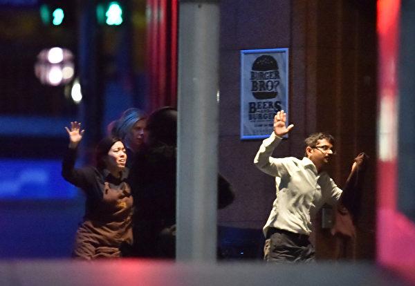 下午有5人逃出。(AFP PHOTO/Peter PARKS)