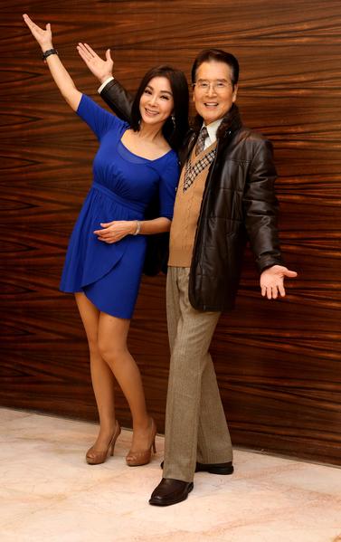 石英与陈美凤现场即兴来段《车顶水姑娘》大跳阿哥哥舞。(民视提供)