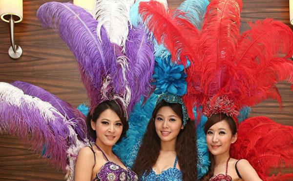 民视花旦(右起)罗巧伦、白嘉绮、苏晏霈扮成森巴女郎热舞。(民视提供)