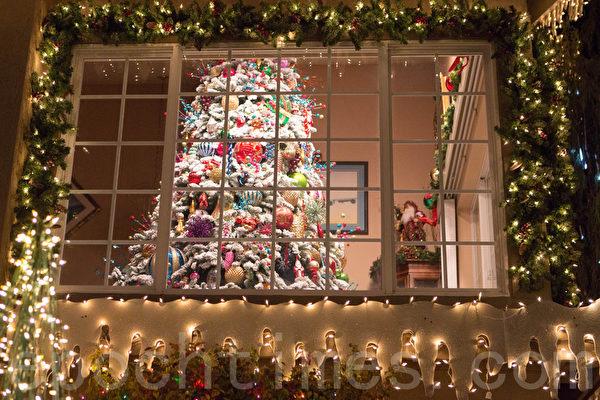 罗伯特和伊丽莎白装扮的圣诞树。(李圆明/大纪元)