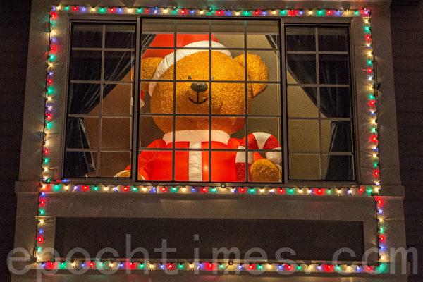 泰迪熊主题房子,二楼窗前摆着硕大的泰迪熊。(李圆明/大纪元)