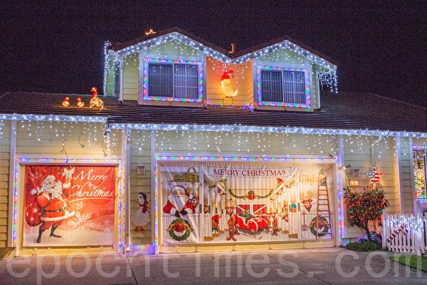 淡蓝色圣诞灯装点的房子。(李圆明/大纪元)