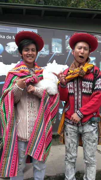 浩角翔起穿着秘鲁传统服饰,阿翔(左)强忍高山症不适。(联意制作提供)