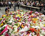 12月16日,民众自发来到悉尼马丁广场为事件中丧生的两位勇敢的澳洲人献花。(Mark Metcalfe/Getty Images)