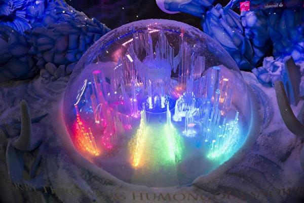 """2014纽约梅西圣诞橱窗展,""""圣诞老人的星际之旅""""。(戴兵/大纪元)"""