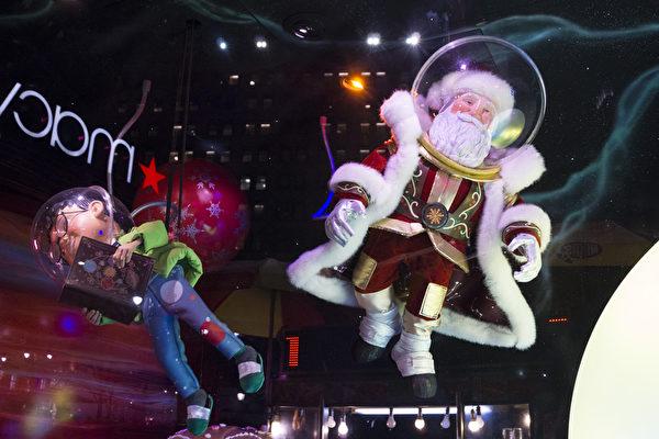 """2014纽约梅西圣诞节橱窗展,""""圣诞老人的星际之旅""""。(戴兵/大纪元)"""