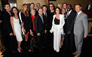 2014年12月15日,《坚不可摧》首映式,布拉德‧皮特(中)与前美国奥运选手们合影。(Joe Scarnici/Getty Images for Jeep)