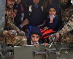 """巴基斯坦的塔利班组织于2014年12月16日,攻击一所军事学校,屠杀一百多名师生后,美国总统奥巴马发表声明谴责塔利班的行为""""堕落""""。本图为军方卡车载走获救撤离的学生。(A Majeed/AFP/Getty Images)"""