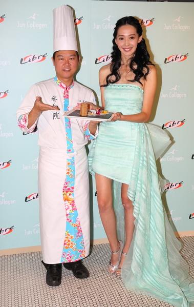 王心恬和「叁和院」主廚溫國智示範「芋香.花團膠原蛋白」。(彼威公關 提供)