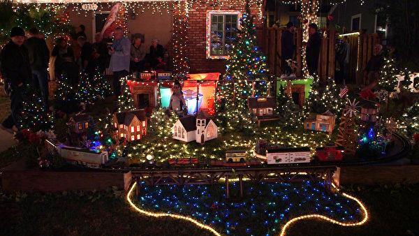 """当地居民将自家打造成""""圣诞小火车乐园""""。(张轶渊/大纪元)"""