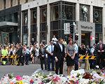 澳洲总理艾伯特和夫人为两名无辜人质献花。(Jennifer Polixenni Brankin/Getty Images)