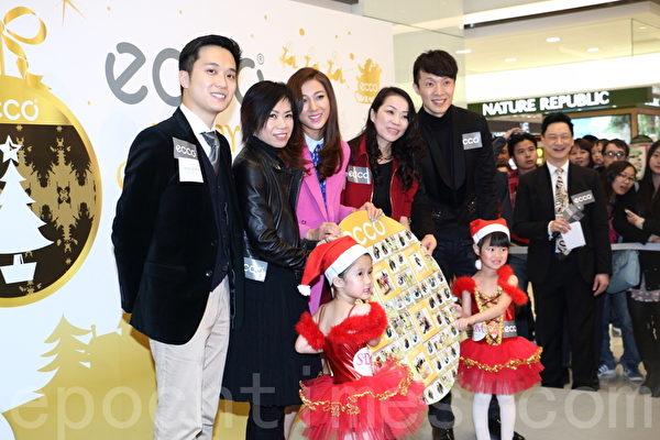 钟嘉欣(左3)昨日出席鞋履品牌活动。(蔡雯文/大纪元)