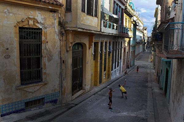 2012年3月24日,哈瓦那街頭,孩子們在打棒球。歷史原因,北美的流行體育項目在古巴比西班牙語國家中盛行的運動更受民眾喜愛,其中棒球居首。(Joe Raedle/Getty Images)