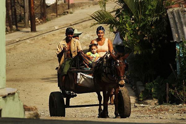 馬車仍是全家出行的交通工具。攝於2012年3月25日。(Spencer Platt/Getty Images)