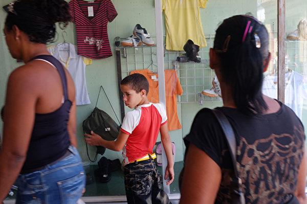 2012年3月27日,古巴第二大城市聖地亞哥的一處商店。古巴政府承認北韓政權的獨裁與世襲,卻不接受韓國的民主自由等一系列非主流的對內對外政策,長期受到西方各國的經濟制裁,國內物資短缺。(Spencer Platt/Getty Images)