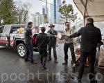 汽車經銷集團 Barnes Wheaton將載滿兩卡車的捐贈物品,送交素里食物庫。(攝影:大宇/大紀元)