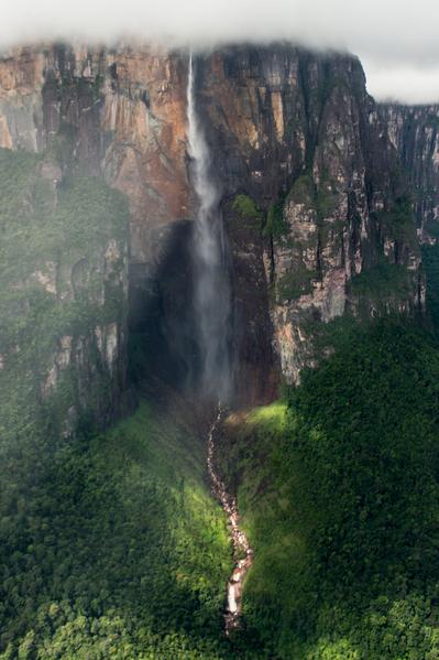 委內瑞拉卡奈瑪國家公園內的天使瀑布是世界上落差最大的瀑布。(FEDERICO PARRA/AFP)