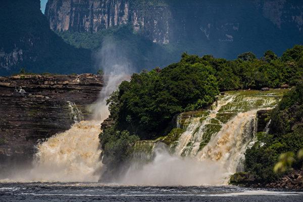 委內瑞拉卡奈瑪國家公園內的青蛙瀑布。(FEDERICO PARRA/AFP)
