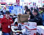 卢布大幅贬值以来,许多俄罗斯人便开始抢购各种商品。图为15日,莫斯科一家笔电商场抢购人潮。(KIRILL KUDRYAVTSEV/AFP/Getty Images)
