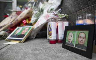 2014年12月21日纽约市布鲁克林区,2名员警被枪杀,殉职的员警所服务的警察局前摆上员警遗照,民众献上蜡烛和鲜花。(Michael Graae/Getty Images)