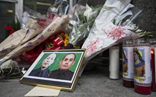 32岁的纽约华裔警员刘文健(图片左)12月20日与同事拉莫斯(图片右)在执勤中遭仇警枪手射杀身亡。图为民众在案发现场为殉职警员献花。(DON EMMERT/AFP/Getty Images)