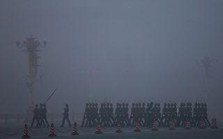 12月22日晚中共政协副主席、中共统战部部长令计划被宣布接受调查。图为天安门广场严重阴霾中的护旗兵。(Photo by Feng Li/Getty Images)