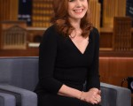 "艾米‧亚当斯2014年12月18日亮相吉米‧法伦主持的《今夜秀》。(Theo Wargo/NBC/Getty Images for ""The Tonight Show Starring Jimmy Fallon"")"