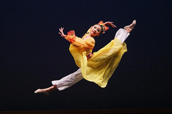 云林县立茑松国中暨高中艺术实验班,19日于台中中兴堂举办期末艺术展演,图为舞蹈班演出。(李丹尼/大纪元)
