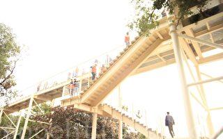 彰化县长卓伯源24日率领县府主管到天空步道视察工程进度。(郭益昌/大纪元)