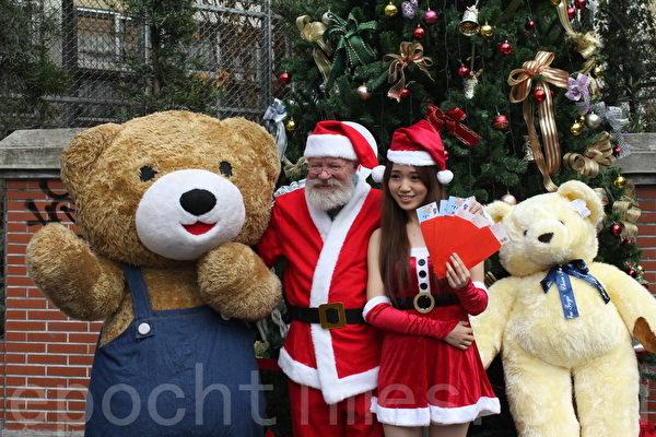 台中市一中商圈25日下午5點邀請荷蘭籍的「聖誕老公公」、聖誕辣妹及可愛的泰迪熊人偶,舉行歡度耶誕送現金及消費券活動。(鄧玫玲/大紀元)