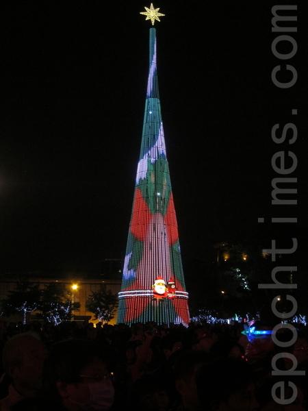 新北市歡樂聖誕城有臺灣最高的聖誕樹,主燈聖誕樹高36公尺。(鍾元/大紀元)。
